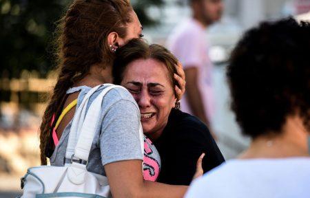 la-mere-d-une-victime-du-triple-attentat-qui-a-frappe-l-aeroport-international-ataturk-d-istanbul-a-istanbul-le-29-juin-2016_5625173